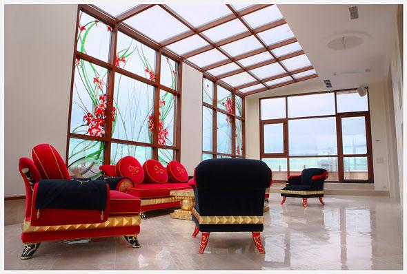 Интерьер зимнего сада оформленный мебелью красного цвета