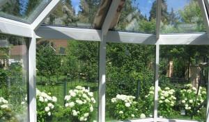 Вид из окна зимнего сада пристроенного к коттеджу