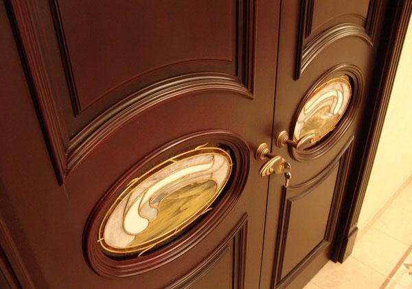Дверь изготовленная из древесины бука