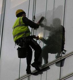 Выполнение работ по мойке стеклянного фасада здания