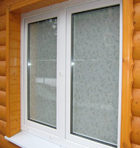 ПВХ окно в доме из сруба