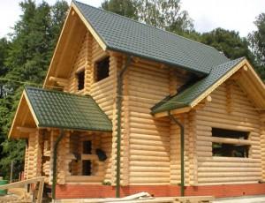 Крыльцо дома из оцилиндрованного бревна