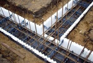 Армированный ленточный фундамент перед заливкой бетоном
