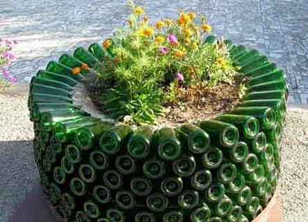 Клумба декорированная пластиковыми бутылками