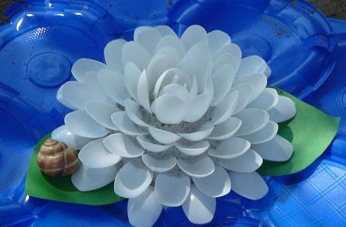 Декоративные лилии из пластиковых ложек