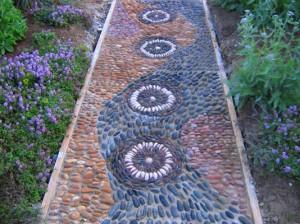 Садовая дорожка с мозаичной отделкой из разноцветного камня
