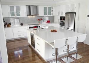 Пример использования светлых тонов в отделке кухни