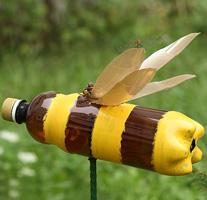 Декоративная пчела сделанная из пластиковой бутылки