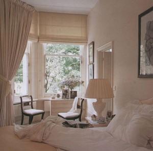 Оформление окна спальни римскими шторами
