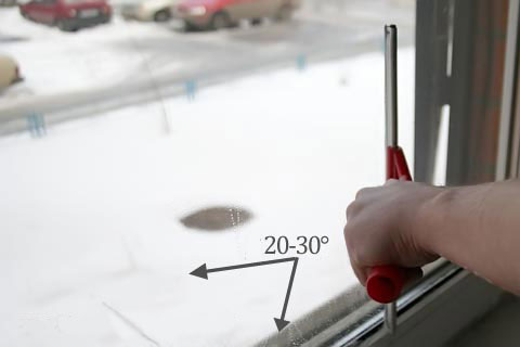 Выполнение протирки окна сгонкой