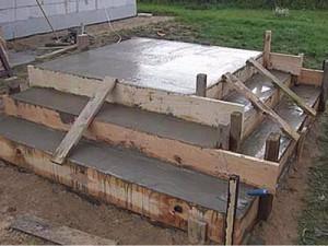 Заливка конструкции крыльца из опалубки бетоном