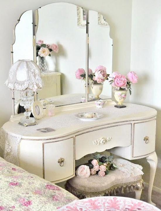 Если у вас маленькая спальня, размеры трюмо будут еще более актуальны. . Лучше всего, когда есть сразу три зеркала
