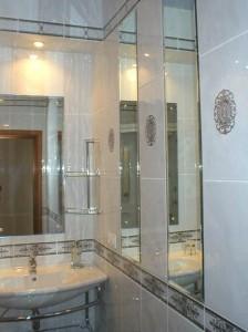 Применение зеркал в дизайне ванной комнаты