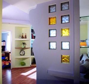 Межкомнатная перегородка с декоративными стеклянными вставками