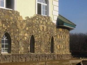 Фасад дома отделанный песчаником