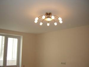выбор люстры для натяжного потолка