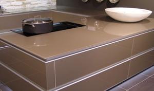Использование закалённого стекла для оформления интерьера кухни