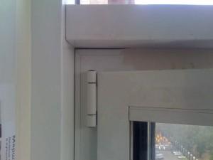 Повреждения покрытия алюминиевого профиля окна