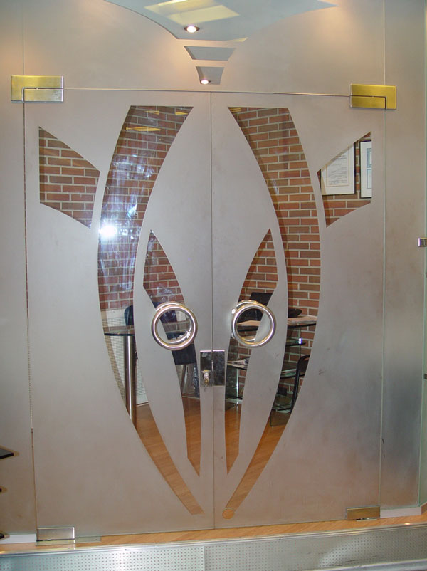 Входные двери изготовленные из стекла