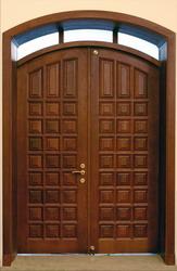 Деревянная дверь из массива.