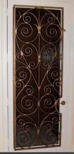 Межкомнатная дверь декорированная ковкой