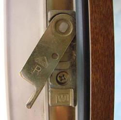 Небольшой металлический язычок, который находится под углом по отношению к оконной раме