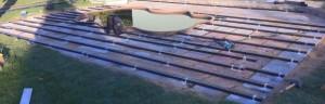 Скрепление профиля поперечными рейками (подготовка основания для укладки террасной доски)