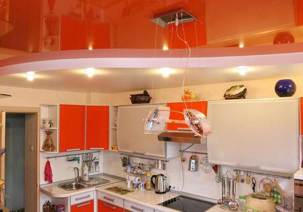 Основные преимущества натяжных потолков