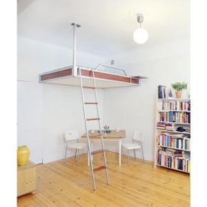 Кровать под потолком - решение маленькой комнаты