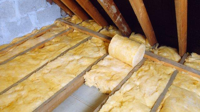 Укладка минеральной ваты на чердаке