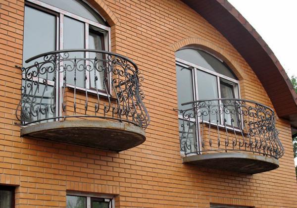 Особенности остекления балконов в коттеджах